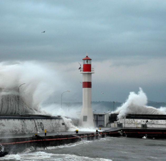 Armada alerta de marejadas con olas de hasta 4 metros en todo el país
