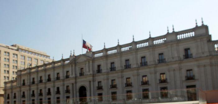 [FOTOS] Conmemoran Día del Detenido Desaparecido tiñendo de rojo piletas de La Moneda