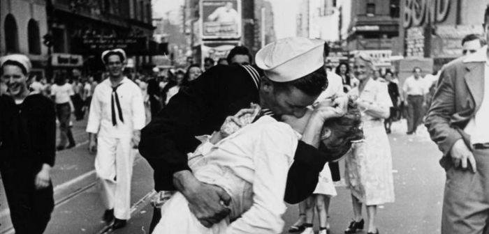 Estatua del marinero que besa a la enfermera vandalizada